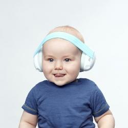 Bébé avec un ALPINE CASQUE AUDITIF bleu